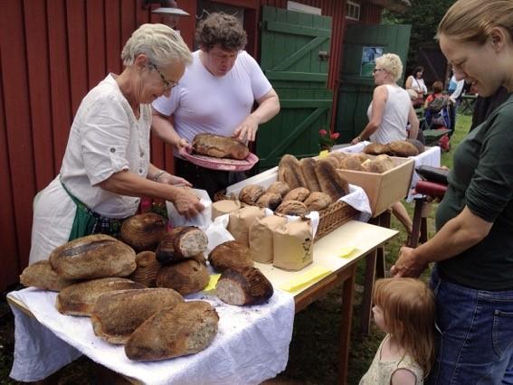 På Kulturarvsdagen den 10 september på Blåherremölla mals mjöl i den gamla vattenmöllan och bakas i stenugnen. Allt finns sedan till försäljning.
