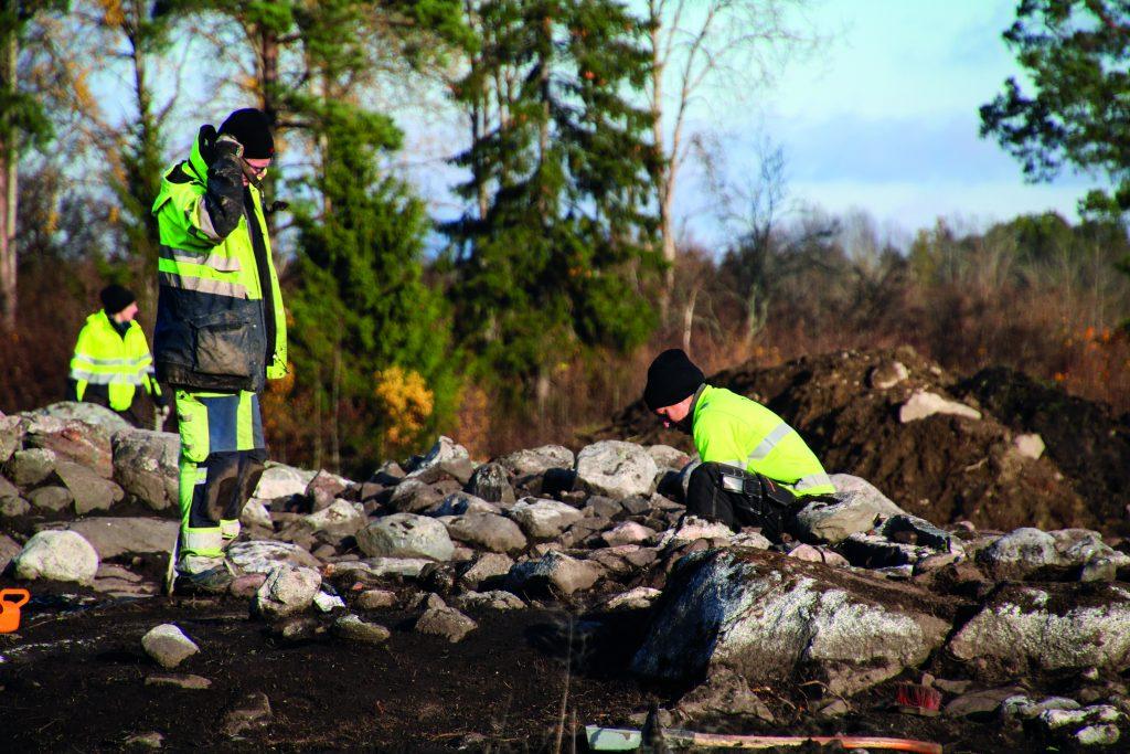Arkeologer i arbete vid utgrävningarna i Molnby.