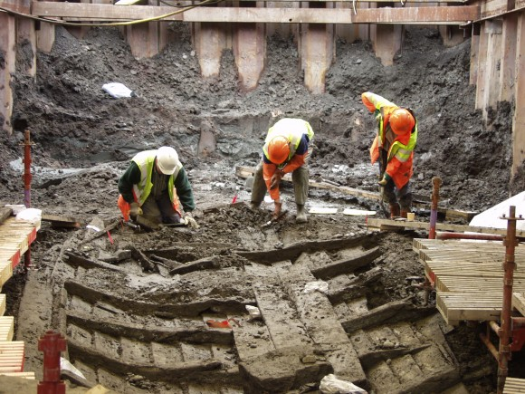 Ett vrak hittades 2001 mitt i Göteborg under ett större vägbygge. Bilden visar arkeologer i färd med att rensa fram Götavrakets skrov. I bakgrunden anas kurtinmurens stödtimring som var en del av en äldre befästning.