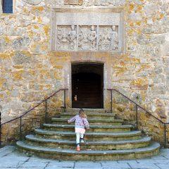 Barn på väg upp för trappan till borgen Glimmingehus