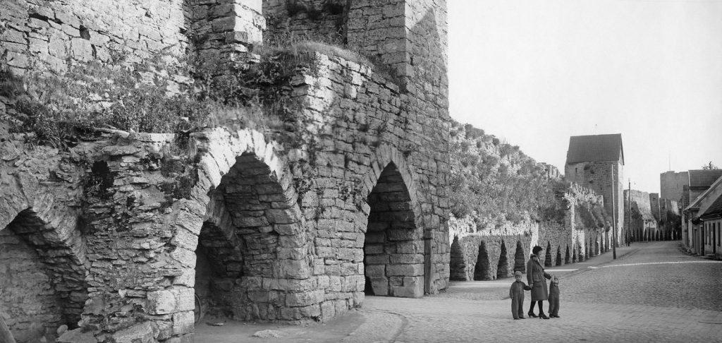 En svartvit bild av östra delen av muren, där en port syns,