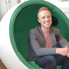 Eric Fugeläng, museisamordnare på Riksantikvarieämbetet, sitter i en äggliknande fåtölj.