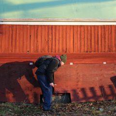 Byggnadsantikvarie Katja Meissner gör ett platsbesök på danspaviljongen i Solstadströms Folkets park, Oskarshamns kommun.