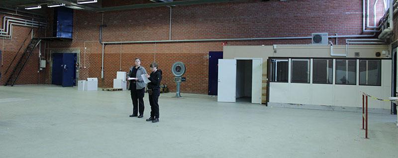 Föremålsantikvarie Susanne Nickel och kollegan Anna Carlsson studerar en eventuell magasinslokal.