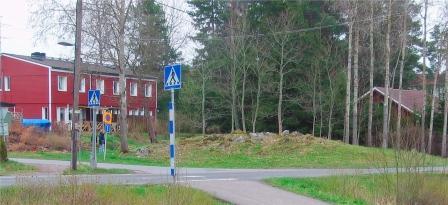 Bostads område på bilden syns ett övergångs ställe och två hus