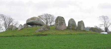 Grön kulle med stora stenblock