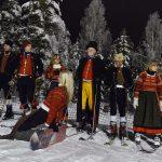Slalomåkare i folkdräkt inväntar starten