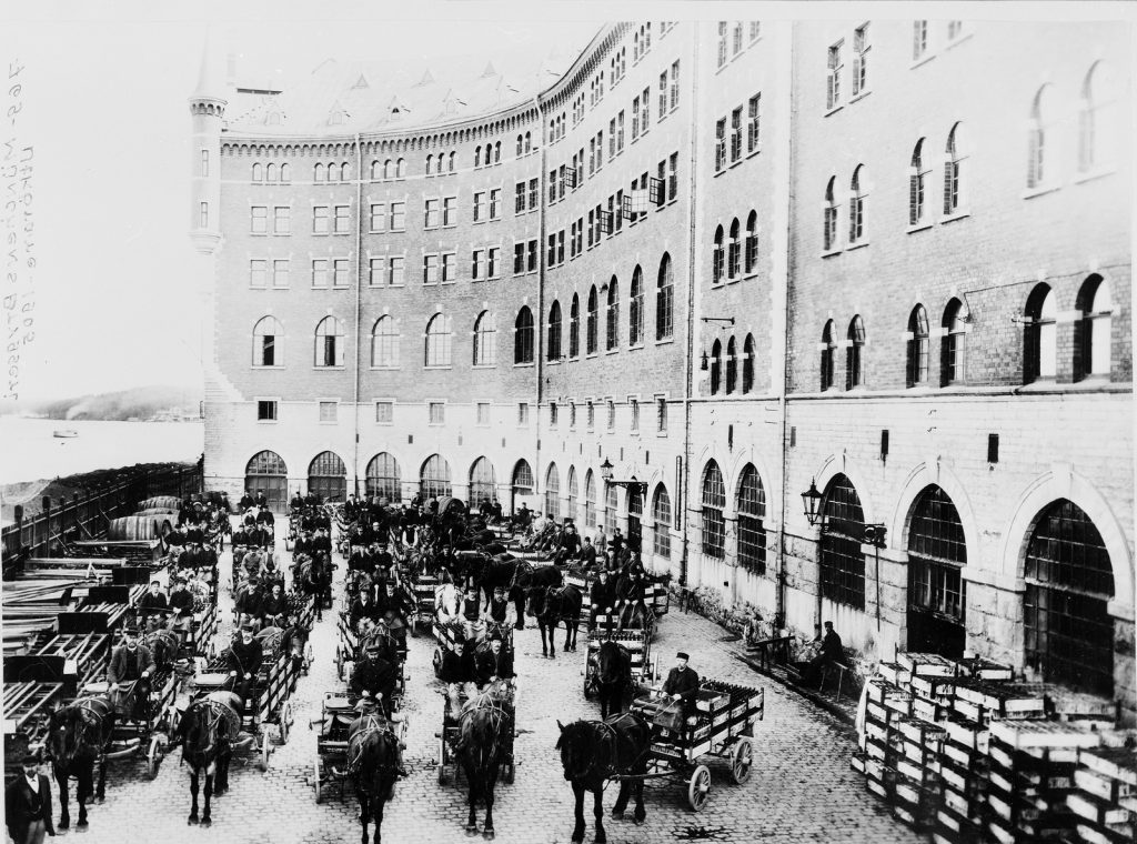Ölutkörare med häst och vagn utanför Münchenbryggeriet 1905