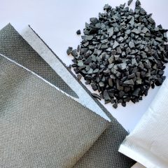 På bilden ses aktivt kol i tre olika materialtyper: granulat, textil och inuti en kudde.