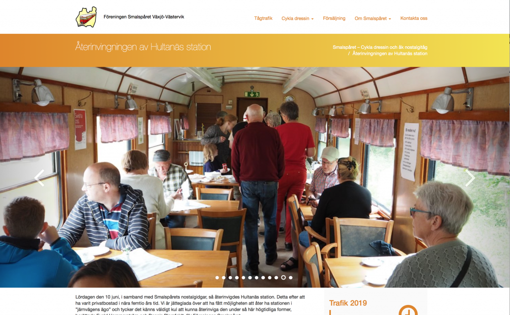 Människor som står och sitter inuti en tågvagn