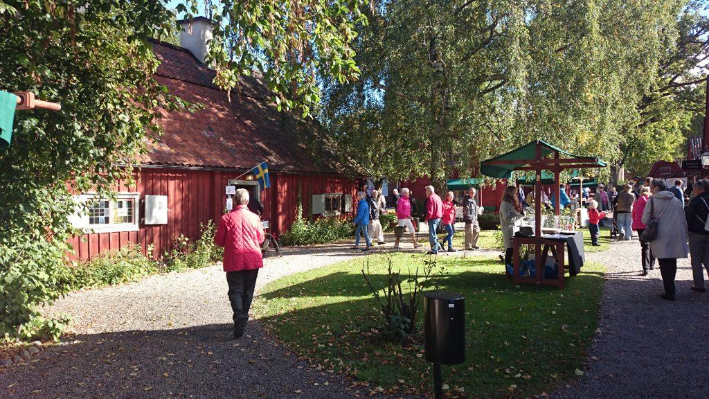 Höstmarknad i historisk utomhusmiljö