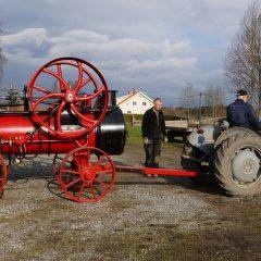 Traktor drar en ångmaskin.