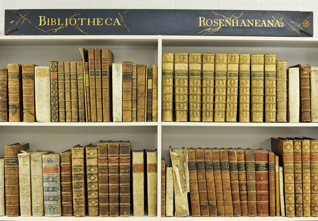 Böcker i hyllor