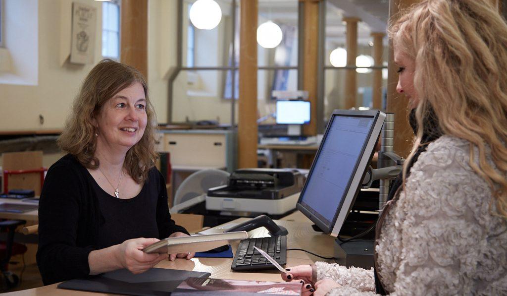 Två kvinnor vid infodiskt