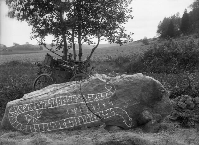 Runstenen Sö 140 vid Korpa bro i Södermanland, när den undersöktes av Erik Brate 1899.