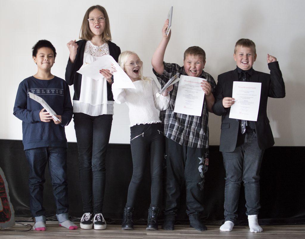 Fem elever i årkurs 5 gör glädjehopp.