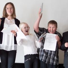 Fem elever hoppar och jublar när de fick Riksantikvarieämbetets förtjänstmedalj för sin nyfikenhet på kulturarv