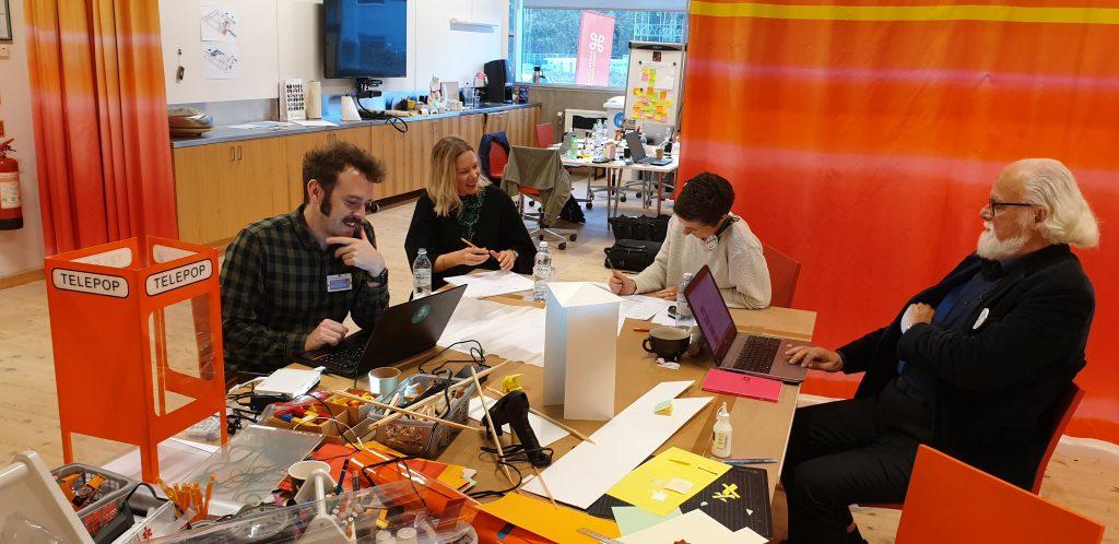 Fotot visar en arbetsgrupp i full aktion under 2019-års Hack for Heritage som arrangerades i Visby.