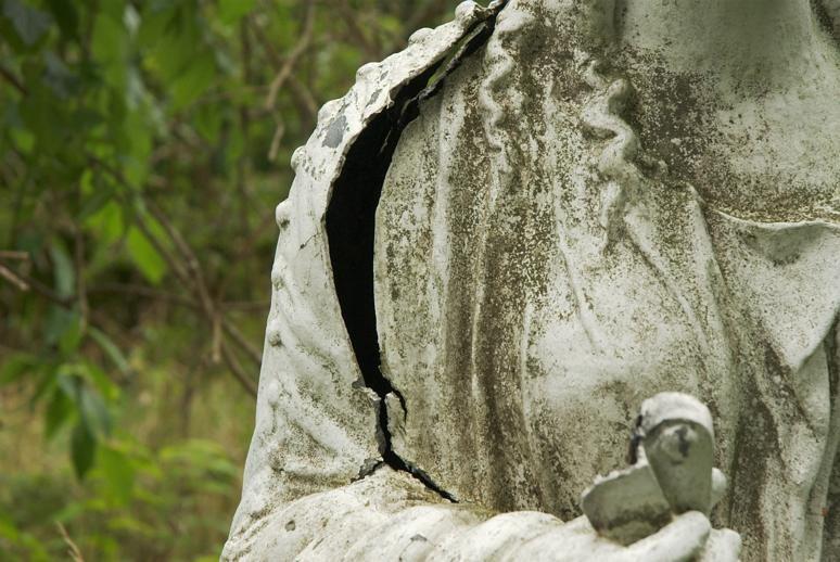 Mögelangripen skulptur av gjuten metall i allén till Arbottna herrgård.