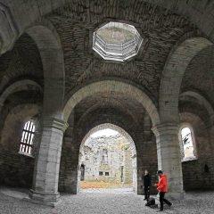 Interiör mot koret i Helge Ands ruin i Visby.