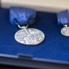 Närbild på förtjänstmedaljen i ask med blå sammet