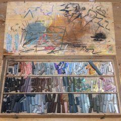 Låda med Carl Larssons pastellkritor.
