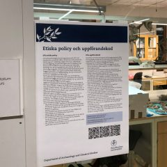 En informationsskylt på en dörr till ett labb. Innehåller information om etisk policy och uppförandekod.