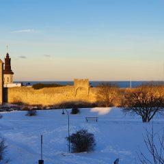 Vy över Visby ringmur i morgon