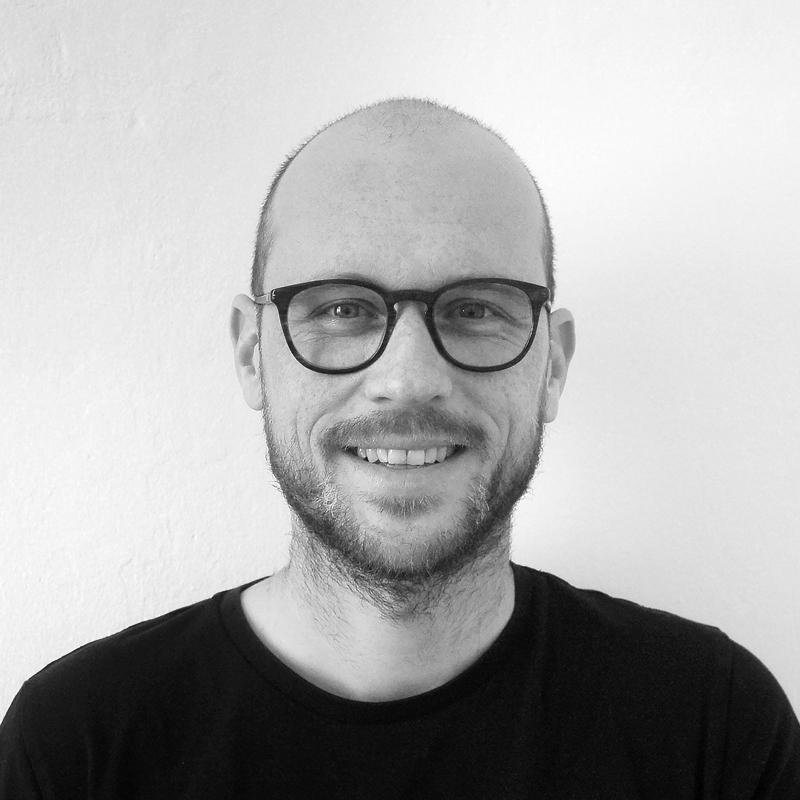 Ett svartvitt foto på Thomas Byttebier