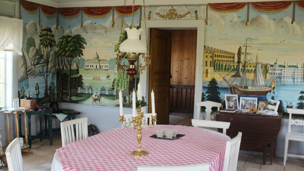 Bilden visar festsalen med sina väggmålningar.
