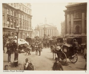 Svartvit bild på London från förr. På gatan syns bland annat en häst med vagn.