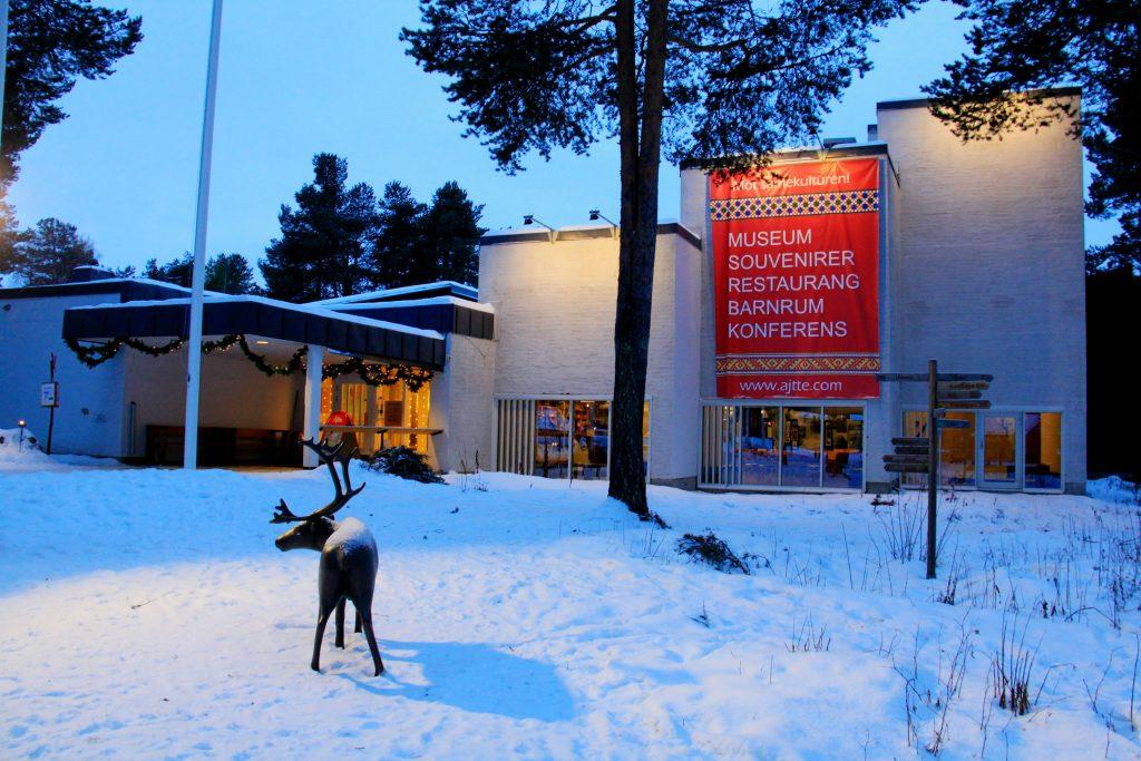 Ren med horn står framför ingången till museet.